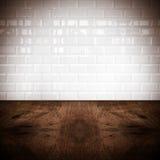 Hyra rum perspektivet, den vita väggen för keramisk tegelplatta och hård träjordning Arkivbild
