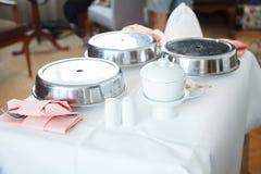 Hyra rum servicei-rum att äta middag är hotellmat- och dryckhemsändning för gäster eller kunder ombord i hotell eller semesterort royaltyfri bild