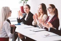 Hyrd kvinnlig applåd för service för kvinnor för affärsföretag royaltyfria foton