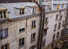 Hyreshus för gammal stil med vindskupefönster, Paris, Frankrike Arkivfoto
