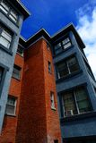 Hyreshus med bostads- blå himmel arkivfoto