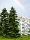 Hyreshus, spruce trees och regnbåge fotografering för bildbyråer