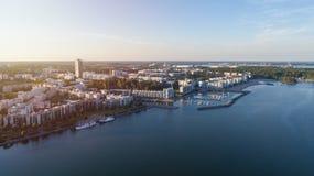 Hyreshusar i det Vuosaari området av Helsingfors på solnedgången, Finland Härlig sommarpanorama fotografering för bildbyråer