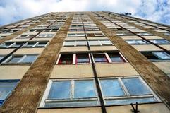 Hyreshusbyggnad för tjugo golv i Miskolc, Ungern arkivbild