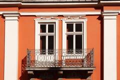 Hyreshusvägg med två fönster och balkong Royaltyfri Foto