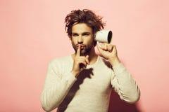 Hyssja gesten av mannen råka få höra med koppen fotografering för bildbyråer