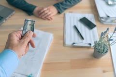 Hyssja pengar för att betala av bestickning för att introducera affärskorruption royaltyfria foton