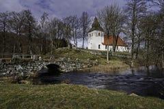 Hyssna oude kerk enkel door de rivier zweden royalty-vrije stock foto