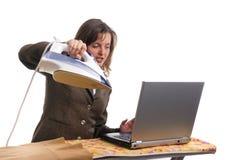 Hysterische bedrijfsvrouw die geïsoleerdn - werkt stock fotografie
