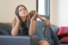 Hysterische de vrouw, schreeuw, woede, eind van relaties op lange termijn, alcoholisch, drug wijdde partner stock foto's