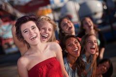 Hysterische Gruppe des Mädchen-Lachens stockfoto