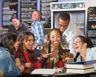 Hysterische Studenten mit Telefon Lizenzfreies Stockfoto