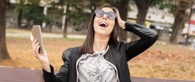 Hysterisches Mädchen mit zu vielen Schirmen, mobils, Tabletten und lapto Lizenzfreie Stockbilder