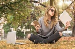 Hysterisches Mädchen mit zu vielen Schirmen, mobils, Tabletten und lapto Lizenzfreies Stockfoto
