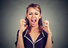 Hysteriskt ilsket frustrerat skrika för kvinna arkivbild