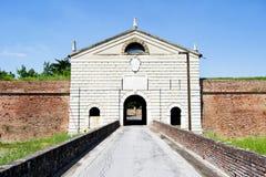 Hystorical stad av Sabbioneta - Italien - port för huvudsaklig vägg som är bekant som den imperialistiska porten Royaltyfri Fotografi