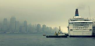 Hytt för kryssningskepp på Victoria Harbor i Hong Kong Royaltyfri Bild