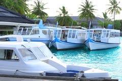 Hytt med moderna fartyg på tropiskt Royaltyfria Bilder