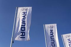 Hyundai firmy logo przed przedstawicielstwo handlowe budynkiem Zdjęcia Stock