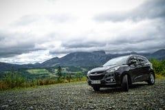 Hyundai ix35 parqueó en una pista en montañas Foto de archivo libre de regalías