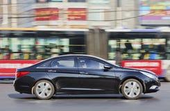 Hyundai Santa Fe au centre de la ville occupé Image stock