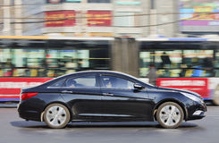 Hyundai Santa Fe im beschäftigten Stadtzentrum Stockbild