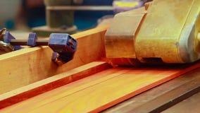 Hyvla maskinträ i fabrik stock video