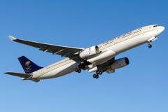 HZ-AQ11 Saudi Arabian Airlines, Airbus A330-300 Image libre de droits