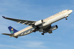 HZ-AQB Saudi Arabian Airlines, Airbus A330-343 Photos stock