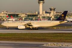 HZ-AQJ Saudi Arabian Airlines, Airbus A330-343 Images libres de droits