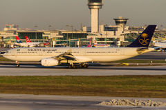 HZ-AQJ Saudi Arabian Airlines, flygbuss A330-343 Royaltyfria Bilder