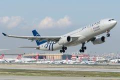HZ-AQL Saudi Arabian Airlines, Airbus A330-343 avec la livrée d'ÉQUIPE de CIEL Photographie stock