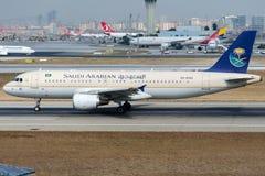 HZ-AS42 Saudi Arabian Airlines, flygbuss A320-214 Arkivbilder