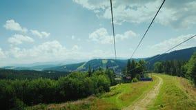 Iść na narciarskim dźwignięciu w lecie, osoba widok zdjęcie wideo