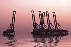 Içando guindastes em Países Baixos de Amsterdão do porto Imagens de Stock