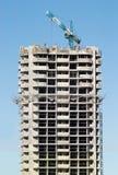Içando o guindaste de torre na ação do edifício Fotografia de Stock