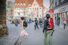 Iéna, Allemagne r Fille dans une robe égalisante avec un sac à dos au centre de la ville photographie stock
