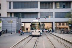Iéna, Allemagne r Tram blanc attendant sur son arrêt image stock