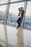 Iść być domowy wkrótce Portret przystojnego młodego człowieka roześmiany mówienie na telefonie podczas gdy czekający jego lot prz Zdjęcia Stock