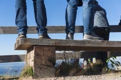 Iść na piechotę niebieskich dżinsy na ławce widoku punktem obrazy royalty free