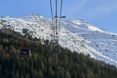 Iść oddolny funifor gondoli wagon kolei linowej na halnym skłonie w pogodnym zima dniu, ośrodek narciarski w Tyrol Alps zdjęcie royalty free