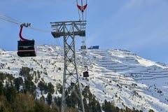 Iść oddolny funifor gondoli wagon kolei linowej na halnym skłonie w pogodnym zima dniu, ośrodek narciarski w Tyrol Alps zdjęcia stock