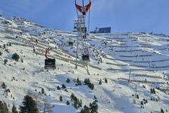 Iść oddolny funifor gondoli wagon kolei linowej na halnym skłonie w pogodnym zima dniu, ośrodek narciarski w Tyrol Alps fotografia stock