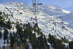 Iść oddolny funifor gondoli wagon kolei linowej na halnym skłonie w pogodnym zima dniu, ośrodek narciarski w Tyrol Alps fotografia royalty free