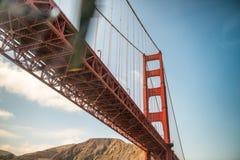 Iść pod Golden Gate Bridge z helikopterem, San Francis Zdjęcie Royalty Free