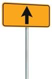 Iść prosto naprzód trasa drogowy znak, kolor żółty odizolowywający pobocze ruchu drogowego signage, ten sposobu kierunku pointeru Obrazy Royalty Free