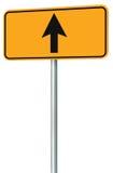 Iść prosto naprzód trasa drogowy znak, kolor żółty odizolowywający pobocze ruchu drogowego signage, ten sposobu kierunku pointeru Obrazy Stock