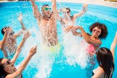 Iść szalony w wodzie! Rozszczepiać i iść niepoczytalnym! Szaleni turyści a obraz stock