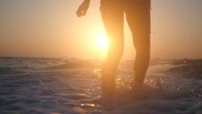 Iść wzdłuż seashore zmierzch na fala z pluśnięciami swobodny ruch zbliżenie HD, 1920x1080 zbiory wideo
