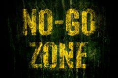 iść Zone† znak ostrzegawczy w żółtych listach malujących nad ciemną grungy betonową ścianą z mech zdjęcia royalty free